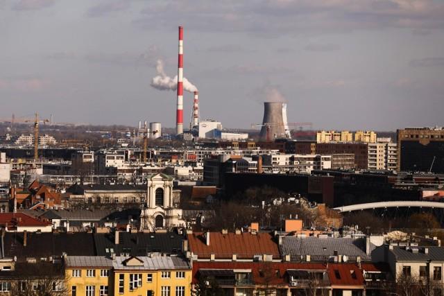 W minionych latach zakłady przemysłowe w Krakowie poczyniły wielkie inwestycje w celu ochrony środowiska, w tym powietrza, co nie oznacza, że ich wpływ na przyrodę i nasze zdrowie jest zerowy. Stolica Małopolski znalazła się na pierwszym miejscu wśród miast wojewódzkich o największej emisji zanieczyszczeń pyłowych pochodzących z zakładów: powstaje u nas aż 18,8 proc. całej emisji wytwarzanej w miastach.