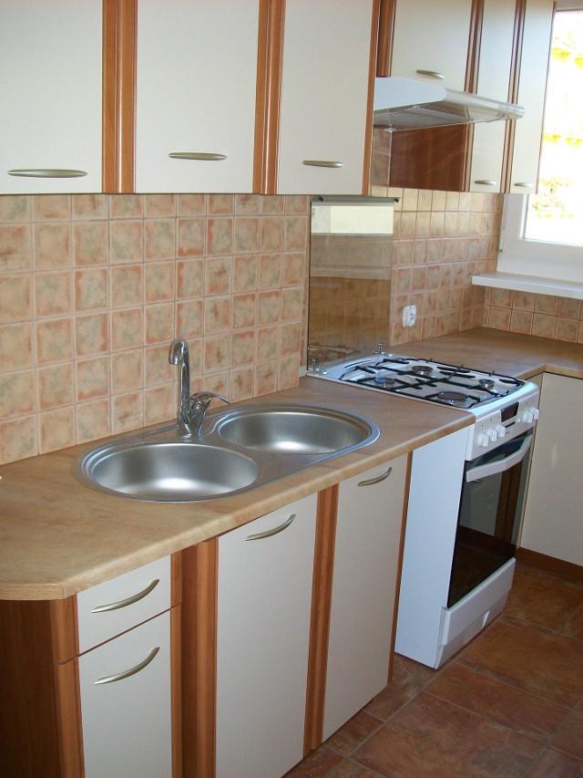 Kuchnia w układzie C (U) - strefy: gotowania i czystościKuchnia w układzie C (U). Na zdjęciu widoczne są strefy do gotowania i czystości.
