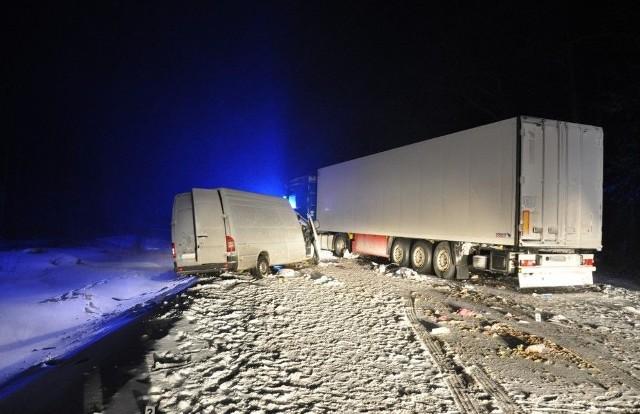 Ze wstępnych policyjnych ustaleń wynika, że 31-letni Łotysz jadący busem z niewiadomych przyczyn zjechał na przeciwległy pas ruchu. Tam zderzył się z jadącą z naprzeciwka ciężarową scanią wraz z naczepą, którą kierował 39-letni mieszkaniec województwa mazowieckiego.