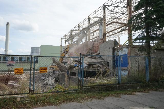 W środę ruszyły prace rozbiórkowe pozostałości po basenie przy ul. Matuszczaka w Rzeszowie. Na ruinach starego basenu ma powstać nowoczesny basen, w którym będzie trenowała kadra olimpijska.