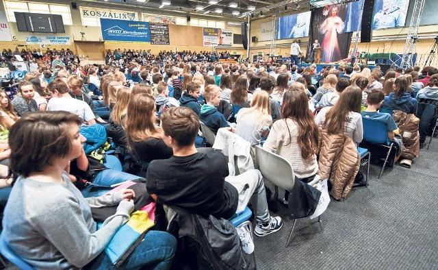 W ciągu trzech dni trwania rekolekcji przez halę przewinęło się około 7,5 tys. uczniów. Każdego dnia pilnowało ich 10 ochroniarzy, ratownik medyczny, nauczyciele i przedstawiciele wspólnoty