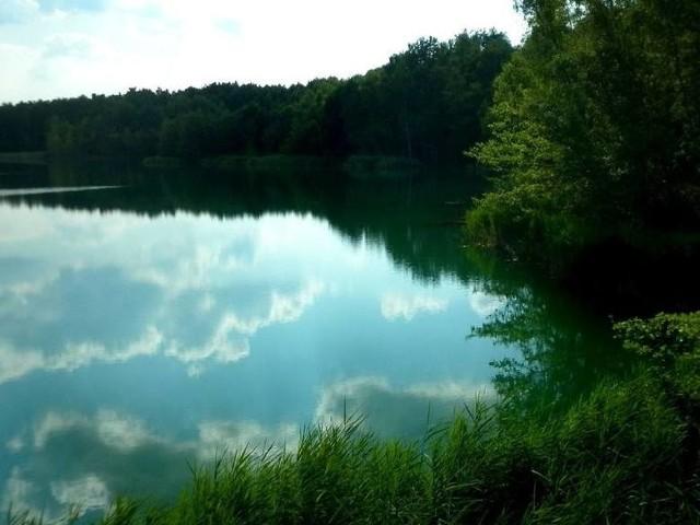 W miejscach, gdzie były kopalniane wyrobiskach powstały kolorowe jeziorka