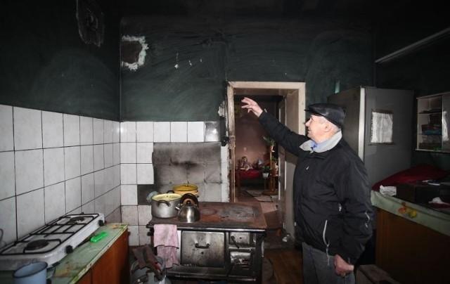 Jerzy Sandurski pokazuje stopioną w pożarze kratkę wentylacyjną. Jego zdaniem, świadczy to o tym, że przewody kominowe nie były czyszczone.