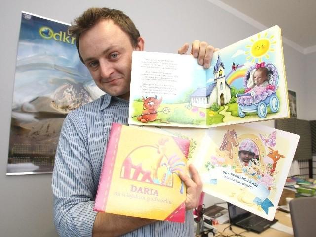 Nowatorsi pomysł kieleckiej firmy. Twoje dziecko może zostać bohaterem książki Tomasz Kukuła, właściciel firmy Digital Promotion, prezentuje książki, których bohaterami są konkretne dzieci, wymienione po imieniu i na zdjęciach.