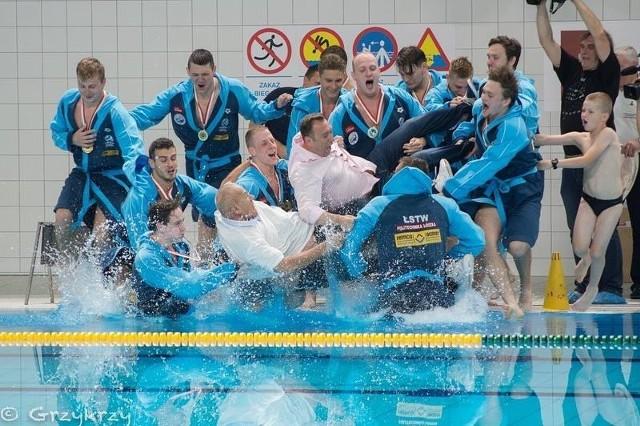 Kulminacyjny punkt programu. Waterpoliści z Tomaszem Trelą i Edwardem Kujawą wskakują do wody