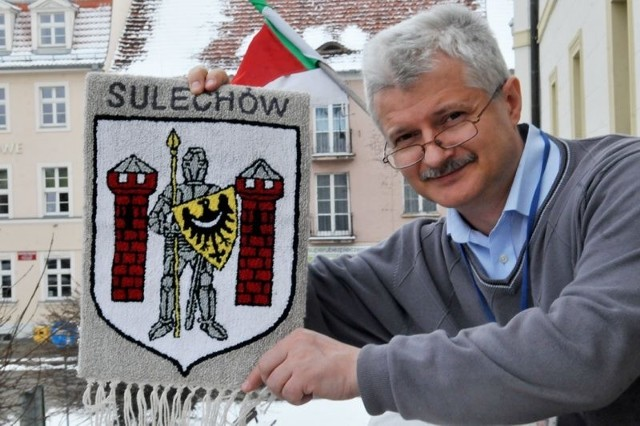 Prezes Sulechowskiego Towarzystwa Historycznego Marek Maćkowiak prezentuje proporczyk z herbem, jeden z wielu produktów promocji miasta. Czy to wszystko przyjedzie wyrzucić na śmietnik?