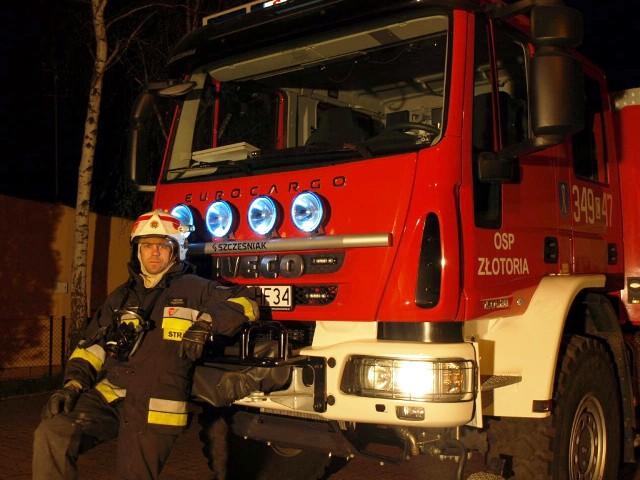 Jak długo pracuje już Pan w straży pożarnej? Ile to minęło? Oj, na pewno ponad dwadzieścia lat. Od malucha byłem związany ze strażą. Skąd wziął się pomysł, żeby wstąpić do OSP? Tata zawodowiec, który potem przeszedł do OSP - zabierał mnie do remizy, do strażackiego auta. Wiadomo, na dziecku to robi bardzo duże wrażenie. Koledzy nie zazdrościli, bo tak się składa, że i ich ojcowie należeli do straży. Ba, dzisiaj ci koledzy też jeżdżą na akcje. Można śmiało powiedzieć, że straż mamy we krwi. To chyba było nam pisane. Pamięta Pan pierwszą akcję, w której wziął Pan udział? Nawet nie jestem w stanie sobie przypomnieć. Tyle się działo...Która akcja była dla Pana najtrudniejsza? Z pewnością najtrudniejszy był dla mnie wypadek, kiedy musiałem wyciągać kolegów z rozbitego samochodu. Pierwsze wrażenie, gdy ich zobaczyłem - ciężki strzał. Trzeba podkreślić, że wszystkie akcje są trudne. Tylko jedne mniej, drugie bardzej. Ptak w kominie, pies w strumieniu, kot na drzewie - ich ratowanie wcale nie jest takie łatwe. Pożar toruńskiego Drosedu, powodź w Złotorii w bodajże 2000 roku, pożar lasu. To jedne z cięższych akcji. Proszę opowiedzieć jakąś zabawną historię, która przydarzyła się Panu w pracy. Kilka zabawnych historii zaliczyłem, ale w tym momencie niczego konkretnego sobie nie przypominam.Czy każdy nadaje się do bycia strażakiem? Chęci i to podstawa, bez tego ani rusz. Strażak musi jasno myśleć, uważać na siebie. Nawet przy pożarze śmietnika - nie wiadomo przecież, co jest w środku. Ranny czy martwy ratownik nikomu nie pomoże... Podkreślmy, że ktoś, kto przystępuje do ochotników, nie może liczyć na pieniądze. Kiedyś jeździliśmy za darmo. Potem pojawił się ekwiwalent, ale chłopacy się zrzekli. Te środki idą na jednostkę, choćby na umundurowanie. Chodzi nam o to, aby ratować innych, pomagać w najrozmaitszych sytuacjach. Cóż, nie każdy chce ryzykować za darmo. Trzeba czuć pasję. Jak spędza Pan wolny czas po pracy? Wolny czas spędzam z moją fantastyczną rodziną: żoną Kamilą i pi
