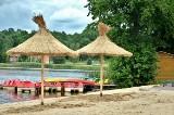 Siemiatycze to podlaskie Bahamy! Na plaży są nowe parasole ze strzechy. Miasto ozdobił też wielki napis (ZDJĘCIA)