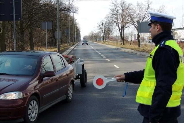 Rząd szykuje nowy system karania kierowców. Ma on wejść w życie już w grudniu tego roku. Kierowcy mogą się już bać, bowiem wiadomo, że w nowym taryfikatorze znajdą się m.in. podwójne kary. Czym jest ten system? Kto musi szczególnie uważać? Oto szczegóły! >>>>>