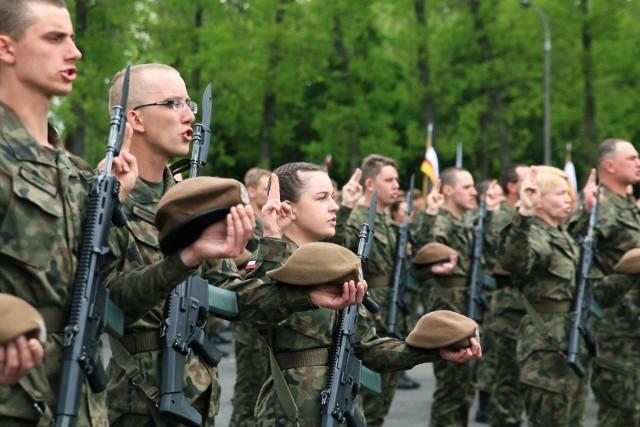 Ile obecnie zarabiają żołnierze w Polsce? Dla wielu wojsko to służba, a nie praca. Trzeba jednak z czegoś żyć i płacić składki, nie wspominając o podatkach. Jakie zatem są wynagrodzenia za służbę dla wojska polskiego? Ostatnio wojskowi dostali podwyżki. Ile zarabia się na poszczególnych stopniach? Sprawdźcie w dalszej części galerii --->POLECAMY TAKŻE: Ile zarabiają policjanci?Zarobki w straży pożarnej. Ile w OSP, a ile w PSP?
