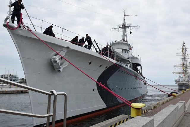 """ORP """"Błyskawica"""" już w nowych, historycznych barwach z 1942 roku i po remoncie ponownie zacumowała przy nabrzeżu Pomorskim"""