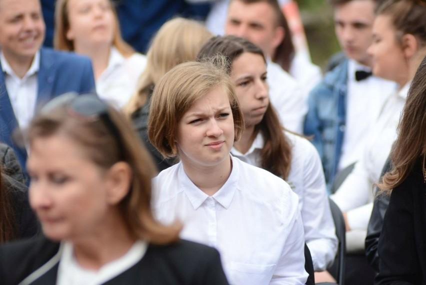 Kilkuset uczniów szkół ponadgimnazjalnych prowadzonych przez...