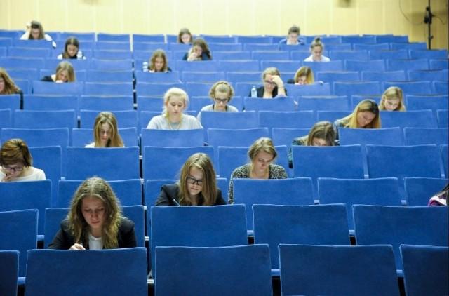 W okręgowym etapie konkursu wzięło udział ponad 50 uczniów. Młodzi ludzie rozwiązywali test w auli Wydziału Pedagogiki i Psychologii Uniwersytetu w Białymstoku,  przy ul. Świerkowej.