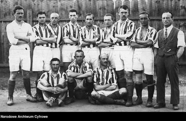 18 kwietnia 1920 roku rozegrano pierwszy w kraju mecz w oficjalnych rozgrywkach w Polsce. W meczu krakowskiej klasy B Wawel Kraków uległ Cracovii II 1:3