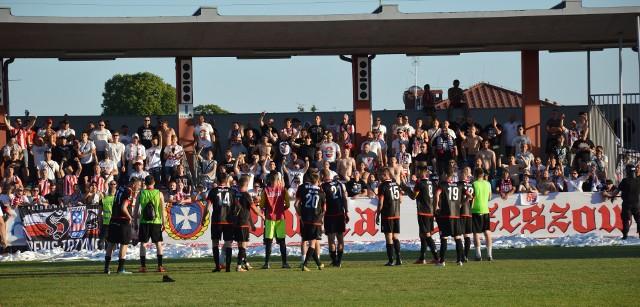 Piłkarze Resovii wykorzystali potknięcie Motoru Lublin i wygrywając w Sandomierzu 3:0 z Wisłą zajmują samodzielnie fotel lidera 3:0.