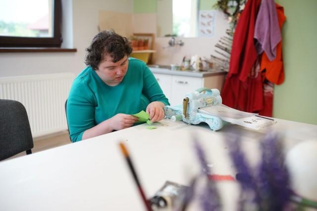 Dla wielu osób niepełnosprawnych intelektualnie środowiskowy dom samopomocy jest jedyną szansa wyjścia z domu, rehabilitacji, uspołecznienia, a często także uniknięcia pobytu w zamkniętym ośrodku