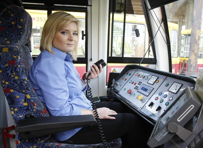 """Tramwajowy Dzień KobietŁódzkie MPK zaprasza w niedzielę (10 marca) na Tramwajowy Dzień Kobiet połączony z 33. urodzinami zajezdni Telefoniczna. W zajezdni na panie czekać będzie wiele niespodzianek, będą mogły m.in. zasiąść za sterami tramwaju i zwiedzić nowy budynek w którym serwisowane są tramwaje.Żeby wziąć udział w Tramwajowym Dniu Kobiet, należy przesłać zgłoszenie mailem na adres 120lat@mpk.lodz.pl. Należy w nim podać imiona i nazwiska osób, które będą brały udział w wycieczce, podać godzinę rozpoczęcia wycieczki (godz. 10, 11, 12, 13) oraz załączyć następującą zgodę: """"Wyrażam zgodę na przetwarzanie danych osobowych w związku z  zapisami prowadzonymi przez MPK - Łódź na Tramwajowy Dzień Kobiet. w dniu 10.03.2019 r., zgodnie z ustawą z dnia  10.05.2018 roku o Ochronie danych osobowych (Dz. U. 2018 r. poz. 1000)"""""""
