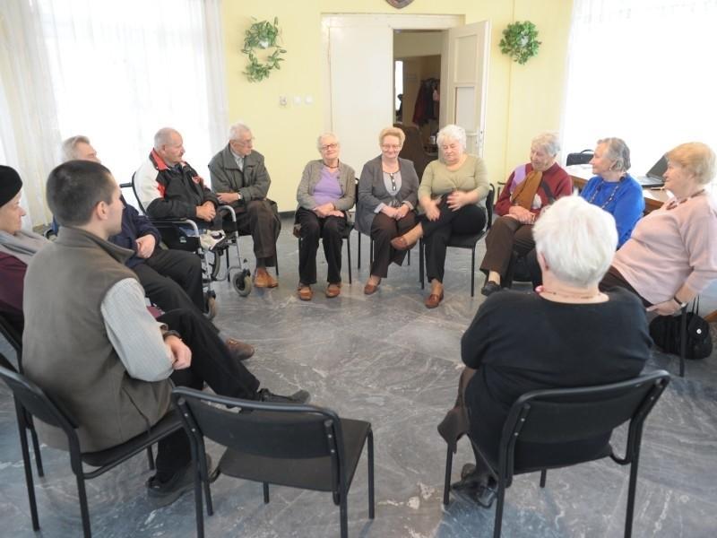 Starszym ludziom często najbardziej brakuje zainteresowania ich problemami. Podczas terapii grupowej w Dziennym Oddziale Psychogeriatrycznym w Opolu z uwagą każdego wysłucha kilkanaście osób.