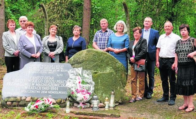 W 2000 roku w lesie w Magnuszowiczkach odsłonięto obelisk ku czci ofiar obozu pracy Klein Mangersdorf.