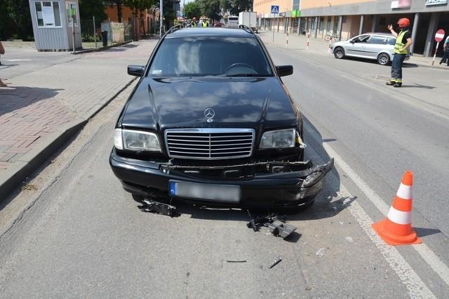 """Do groźnego w skutkach wypadku doszło na ul. Mielczarskiego w Krośnie. Według wstępnych ustaleń policjantów 62-letni kierujący peugeotem, włączając się do ruchu, nie ustąpił pierwszeństwa przejazdu i zderzył się z mercedesem. Do szpitala została przetransportowana 8-letnia pasażerka mercedesa. Kierujący byli trzeźwi.ZOBACZ TEŻ: Nowe narzędzie policji - """"żywa"""" mapa śmiertelnych wypadków"""