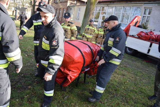 W środę przed południem strażacy rozstawili na terenie szpitala przy ul. Walczaka dwa duże namioty.