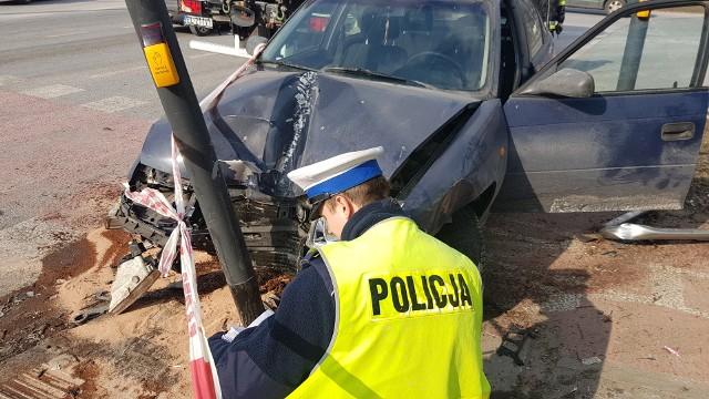 Wypadek na Julianowskiej w Łodzi. Kierowca w czasie jazdy dostał ataku padaczki. Piesza cudem uniknęła śmierci