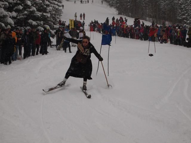 Zawody na starych nartach.