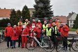 Mikołaje wsiedli na rowery, a po drodze częstowali słodyczami. Rajd PTTK ulicami Strzelna [zdjęcia]