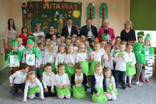 Przedszkolaki z Karłubca wiedzą jak ważne dla naszej planety są drzewa i lasy.