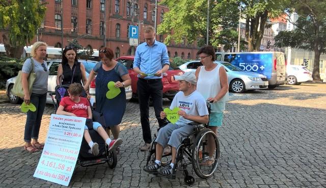 Matki niepełnosprawnych dorosłych dzieci przed konferencją w sprawie 500 plus dla niepełnosprawnych. Mówiły później, jakie wydatki związane są z ich potrzebami