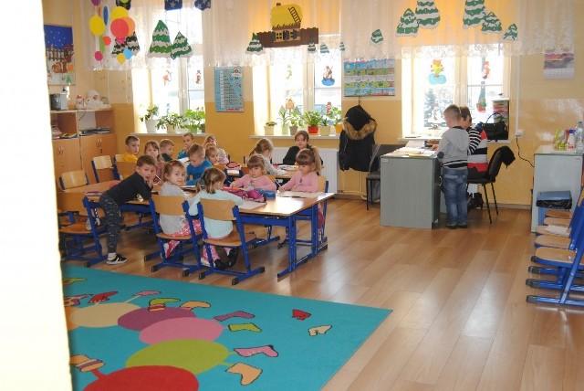 Język angielski w przedszkolach to już standard. Dzieci z Przedszkola Samorządowego w Kurzelowie w gminie Włoszczowa uczą się tego języka bardzo chętnie. Pomaga im w tym nowa interaktywna tablica.- Ważne jest, by dzieci we wczesnym okresie życia, gdy kształtuje się aparat mowy i słuchu, osłuchały się z brzmieniem, melodią języków obcych, by śpiewały piosenki, recytowały wiersze, uczyły się prostych zwrotów i wyrazów w języku obcym. Monitory interaktywne skuteczniej przyciągają uwagę przedszkolaków. Dlatego wprowadzamy nowoczesną komunikację językową. Tablica jest wykorzystywana również w czasie innych zajęć - mówi Norbert Celebański, dyrektor Zespołu Placówek Oświatowych w Kurzelowie. - Zmiany dotyczą nie tylko ducha, ale też ciała, bo nowoczesność widać w przedszkolnej kuchni i na świetlicy. Rodzice mogą też spokojnie zaparkować samochody w utwardzonych zatoczkach przed szkołą i przedszkolem - mówi Iwona Boratyn, rzecznik prasowy Urzędu Gminy Włoszczowa.WIĘCEJ NA NASTĘPNYCH SLAJDACH >>>>>>>>>>