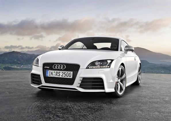 Zewnętrznie Audi TT RS wyróżnia się m.in. wydatnym przednim zderzakiem z zaakcentowanymi wlotami powietrza