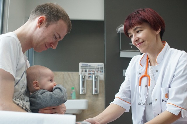Doktor Joanna Uchman ze swoim małym pacjentem i jego tatą. To lekarz, który potrafi słuchać - mówią o niej rodzice maluchów