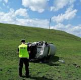 Wypadek śmiertelny. Peugeot dachował na trasie Jeleniewo - Prudziszki. Kierowca zmarł w szpitalu
