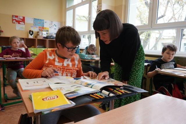 MEiN proponuje podwyżki dla nauczycieli w przyszłym roku 2022, ale ma też wzrosnąć nauczycielskie pensum (z 18 do 22 tygodniowo), a ponadto 8 godzin w tygodniu nauczyciel ma być dostępny w szkole dla ucznia i rodzica