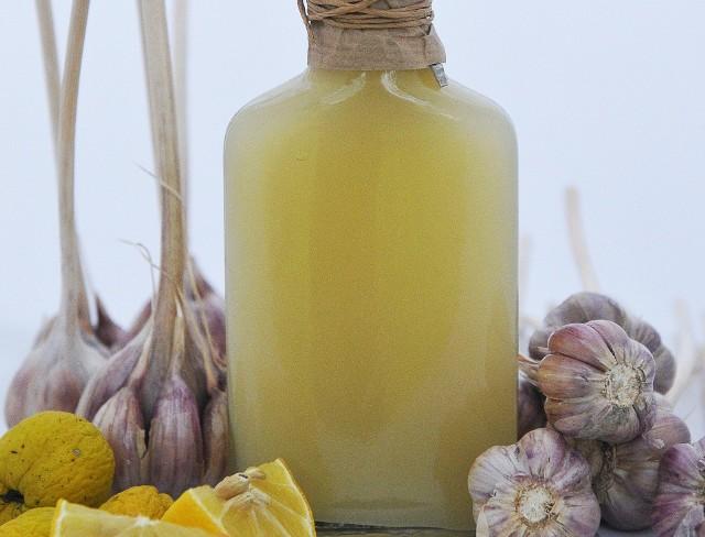 Prosty domowy syrop z czosnkiem, miodem, cytryną i pigwą na poprawienie odporności. Zobaczcie przepis!