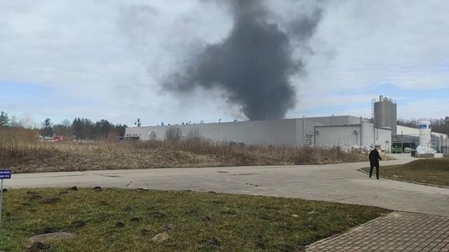 Pożar w BM Polska w Kwidzynie. Z powodu zadymienia hali potrzebna była ewakuacja pracowników