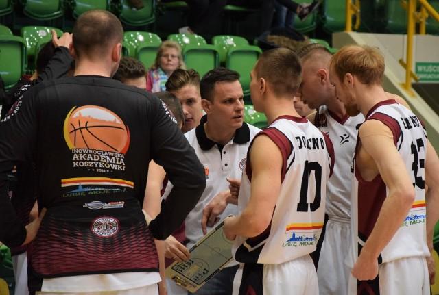 Koszykarze Domino Inowrocław pokonali na własnym parkiecie drużynę AZS Politechnika Poznań 113 do 73.