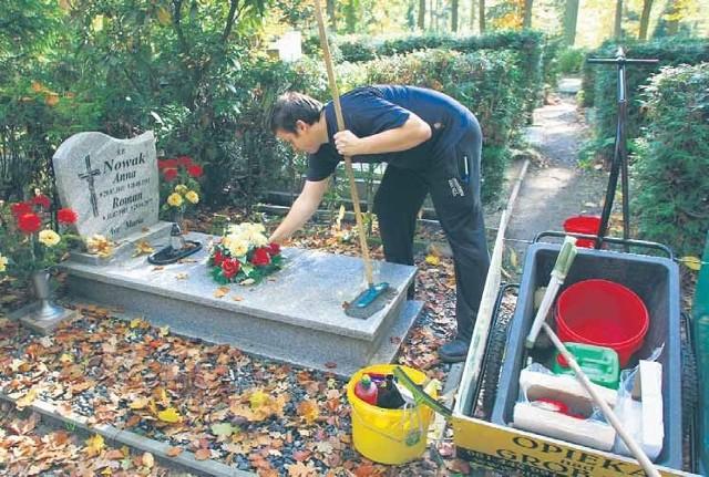 Sprzątanie grobu można zamówić w profesjonalnej firmie.