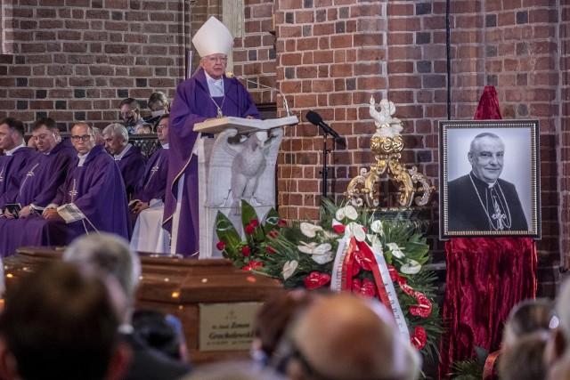 Trumna z ciałem kardynała Zenona Grocholewskiego została wprowadzona do świątyni już o godzinie 10, zaś msza święta rozpoczęła się dwie godziny później. Homilię pogrzebową wygłosił abp Marek Jędraszewski. Kardynała żegnał m.in. o. Tadeusz Rydzyk.Kolejne zdjęcie --->