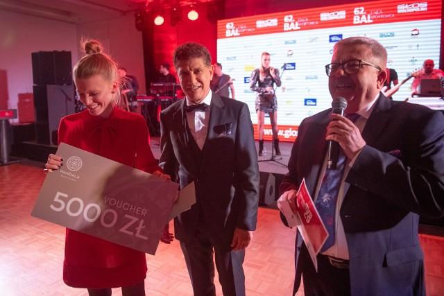 Samir Ibrahim (w środku) wręcza nagrodę jednej z uczestniczek ubiegłorocznego Enea Balu Sportowca