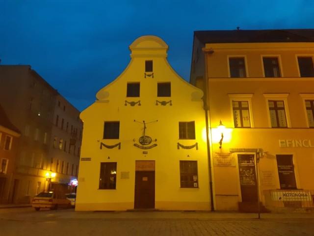 Gospoda działa przy Rynku Nowomiejskim w Toruniu.