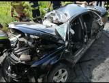 Wypadek w Cząstkowie w gm. Trąbki Wielkie. 18.07.2021 r. Zakleszczonego kierowcę wyciągali strażacy. 20-latek w stanie ciężkim