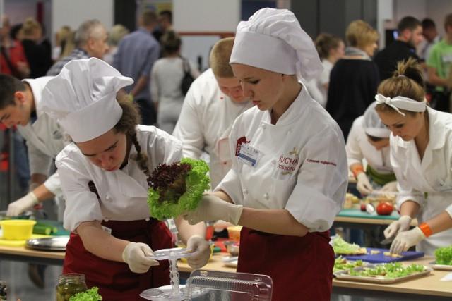 Prezentacje umiejętności zawodowych uczniów świętokrzyskich szkółDo pojedynku na najlepsze i najsmaczniejsze kanapki stanęło kilka zespołów ze świętokrzyskich szkół gastronomicznych.