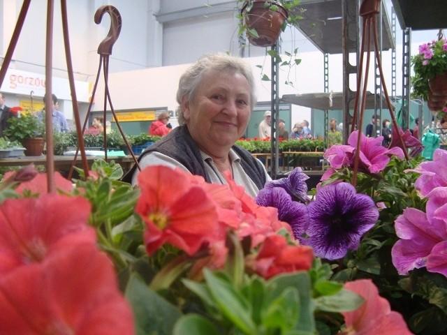 Pani Marysia sprzedaje kwiaty od 10 lat. Na weekendowych targach miała ręce pełne roboty.