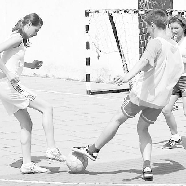 Młodzież wykorzystuje każdy skrawek terenu, by pograć w piłkę. A i starsi chętnie by rozruszali kości...