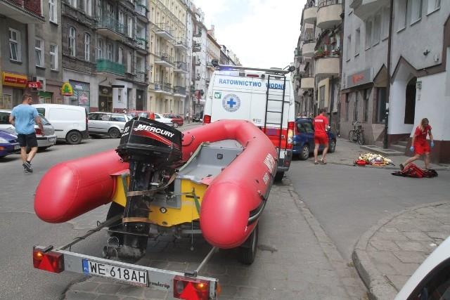 Pogotowie z pontonem interweniowało przy skrzyżowaniu Żeromskiego z Oleśnicką, Wrocław, 06.06.2016
