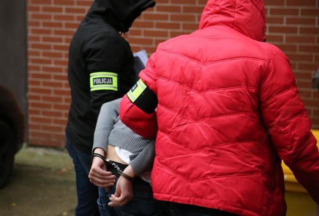 37-latek w sobotę przed południem wjechał w przystanek autobusowy, raniąc dwójkę dzieci, a następnie uciekł z miejsca zdarzenia. Pijanego kierowcę zatrzymała policja. Jakie zarzuty usłyszy?