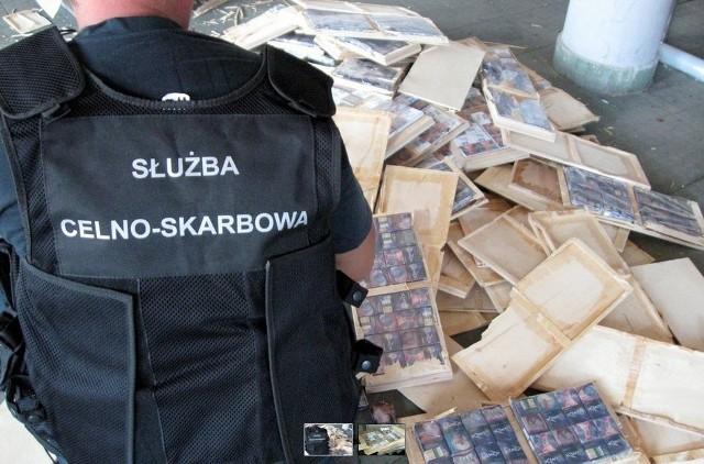 Przemyt ponad 22 tys. sztuk papierosów udaremnili funkcjonariusze KAS z polsko-białoruskiego przejścia granicznego w Bobrownikach. Kontrabanda warta kilkanaście tysięcy złotych ukryta była wewnątrz drewnianych półek na książki, które przewoził w busie 43-letni Białorusin.