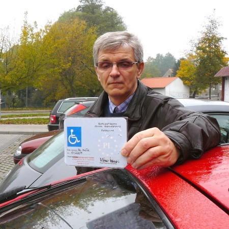 - Co z tego, że jestem niepełnosprawny i mam Europejską Kartę Parkingową, skoro na parkingach przy areszcie i nad Obrą nie ma miejsc na nasze samochody - mówi Jacek Wawrzyniak